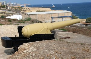 Armstrong 100-Ton RML gun - the entrance to Valletta harbour lies beyond